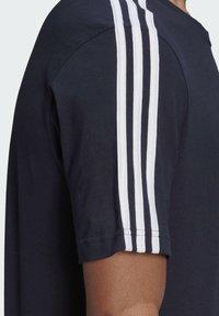 adidas Performance - 3-STRIPES SPORTS ESSENTIALS T-SHIRT - T-shirt med print - dark blue - 5