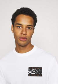 Tommy Jeans - BACK FLAG TEE UNISEX - Printtipaita - white - 3