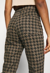 Topshop - DOG RUNWAY - Džíny Relaxed Fit - brown - 5