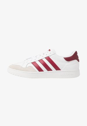 TEAM COURT - Zapatillas - footwear white/collegiate burgundy/core black
