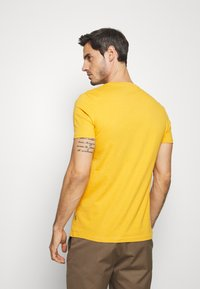 Pier One - T-shirt z nadrukiem - yellow - 2