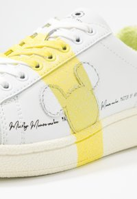 MOA - Master of Arts - GRAND MASTER GLITTER - Tenisky - white/yellow glitter - 2