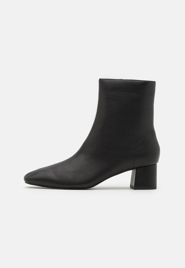 SQUARED SLANTED TOE LOW BOOTS - Stivaletti - black