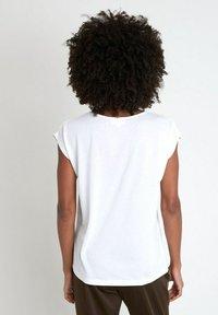 Maison 123 - Print T-shirt - ecru - 2