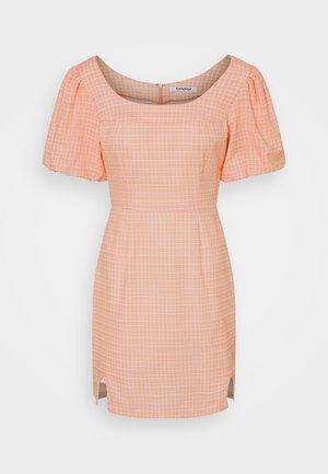 SEERSUCKER MINI DRESSES WITH LOW ROUNDED SQUARE NECKLINE - Vestito estivo - peach grid