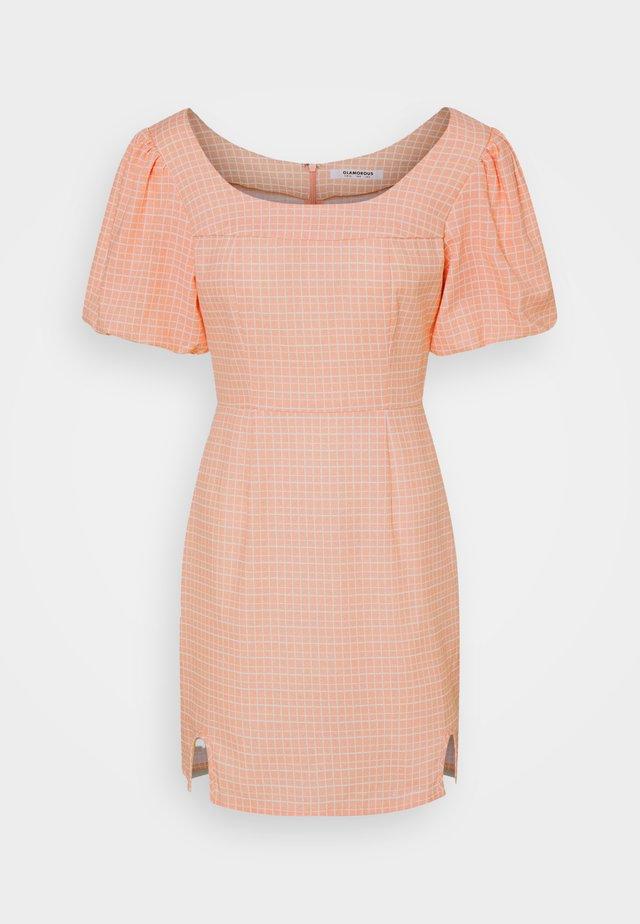 SEERSUCKER MINI DRESSES WITH LOW ROUNDED SQUARE NECKLINE - Sukienka letnia - peach grid