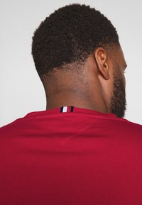 Tommy Hilfiger - CORP STRIPE TEE - T-shirt con stampa - red - 3