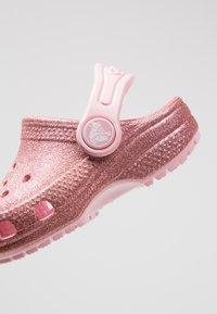 Crocs - CLASSIC GLITTER - Sandały kąpielowe - blossom - 2