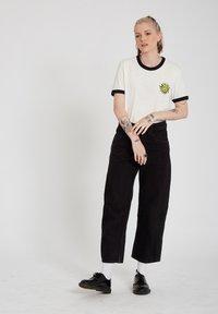 Volcom - OZZY RINGER TEE - Print T-shirt - star_white - 1