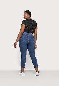 Vero Moda Curve - VMJOANA MOM - Jeans relaxed fit - medium blue - 2