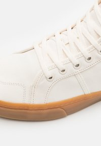 Globe - LOS ANGERED II - Sneakers hoog - organic white - 5