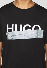 HUGO - DICAGOLINO - Triko spotiskem - black - 6