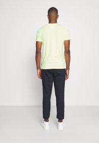Tommy Hilfiger - SIGNATURE GRAPHIC TEE - T-shirt med print - lumen flash - 2
