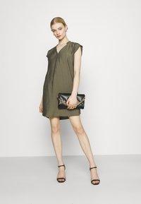 ONLY - ONLJOSEY V NECK DRESS - Vestido informal - kalamata - 1