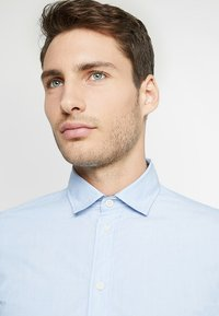 Selected Homme - SLHSLIMMARK WASHED - Formal shirt - light blue - 4