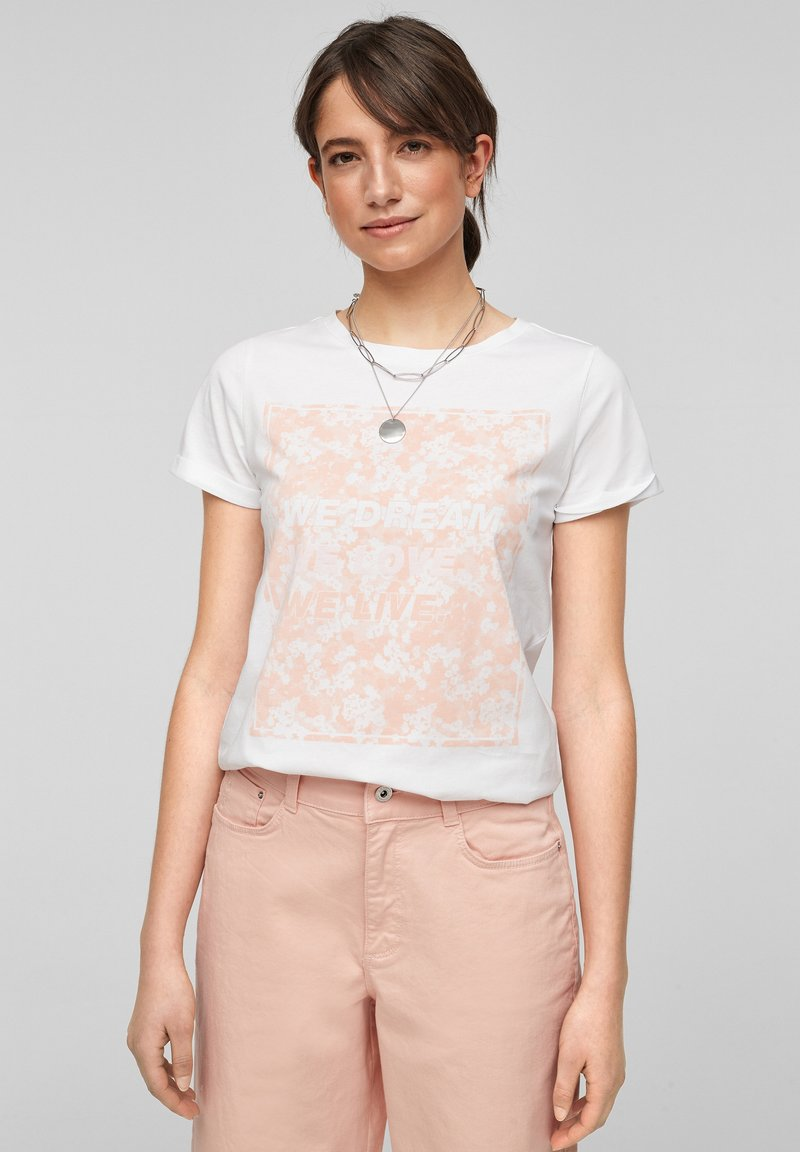 QS by s.Oliver - MIT FRONTPRINT - Print T-shirt - white