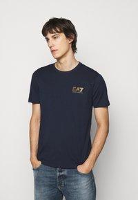 EA7 Emporio Armani - Print T-shirt - dark blue - 0
