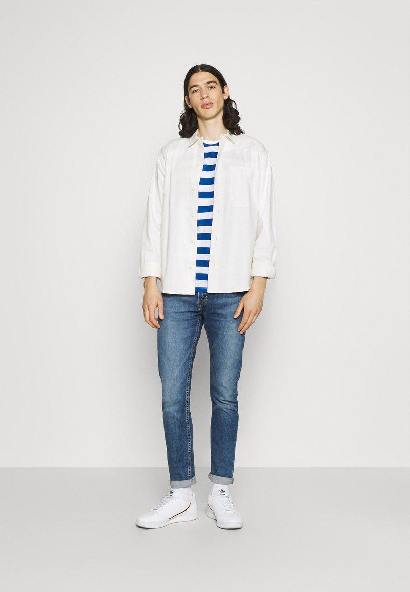 Newport Bay Sailing Club - BOLD HORIZONTAL STRIPE 2 PACK - Print T-shirt - grey marl/mid blue
