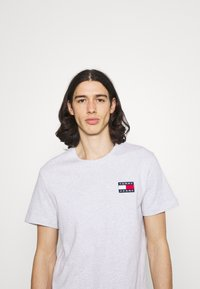 Tommy Jeans - BADGE TEE  - T-paita - silver grey heather - 3