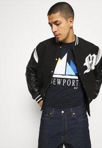 Newport Bay Sailing Club - SAIL - T-shirt con stampa - navy - 3