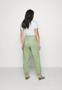 NA-KD - DRAWSTRING  - Tracksuit bottoms - green - 2