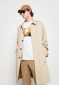 Paul Smith - DOORBELL PRINT UNISEX - T-shirt z nadrukiem - white - 6