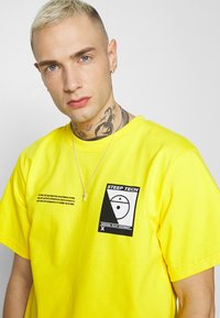 The North Face - STEEP TECH LOGO TEE UNISEX  - Print T-shirt - lightning yellow - 3