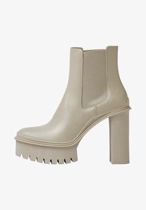 MIT PLATEAUSOHLE UND SEITLICHEN GUMMIZÜGEN - Ankle boots - offwhite