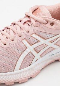 ASICS - GEL-NIMBUS 22 - Neutral running shoes - ginger peach/white - 5