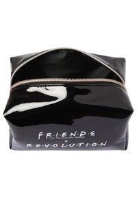 Makeup Revolution - REVOLUTION X FRIENDS COSMETIC BAG - Accessoires de maquillage - - - 3