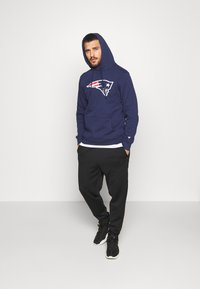 Fanatics - NFL NEW ENGLAND PATRIOTS ICONIC PRIMARY LOGO GRAPHIC HOOD - Bluza z kapturem - navy - 1