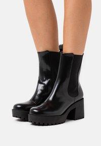 Monki - VEGAN MALWINA BOOT - Kotníkové boty na platformě - black - 0