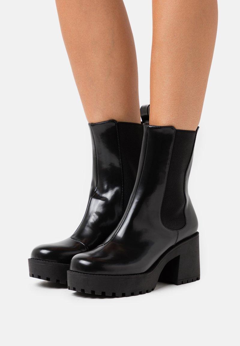 Monki - VEGAN MALWINA BOOT - Kotníkové boty na platformě - black