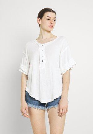 HERITAGE - T-shirt z nadrukiem - alabaster