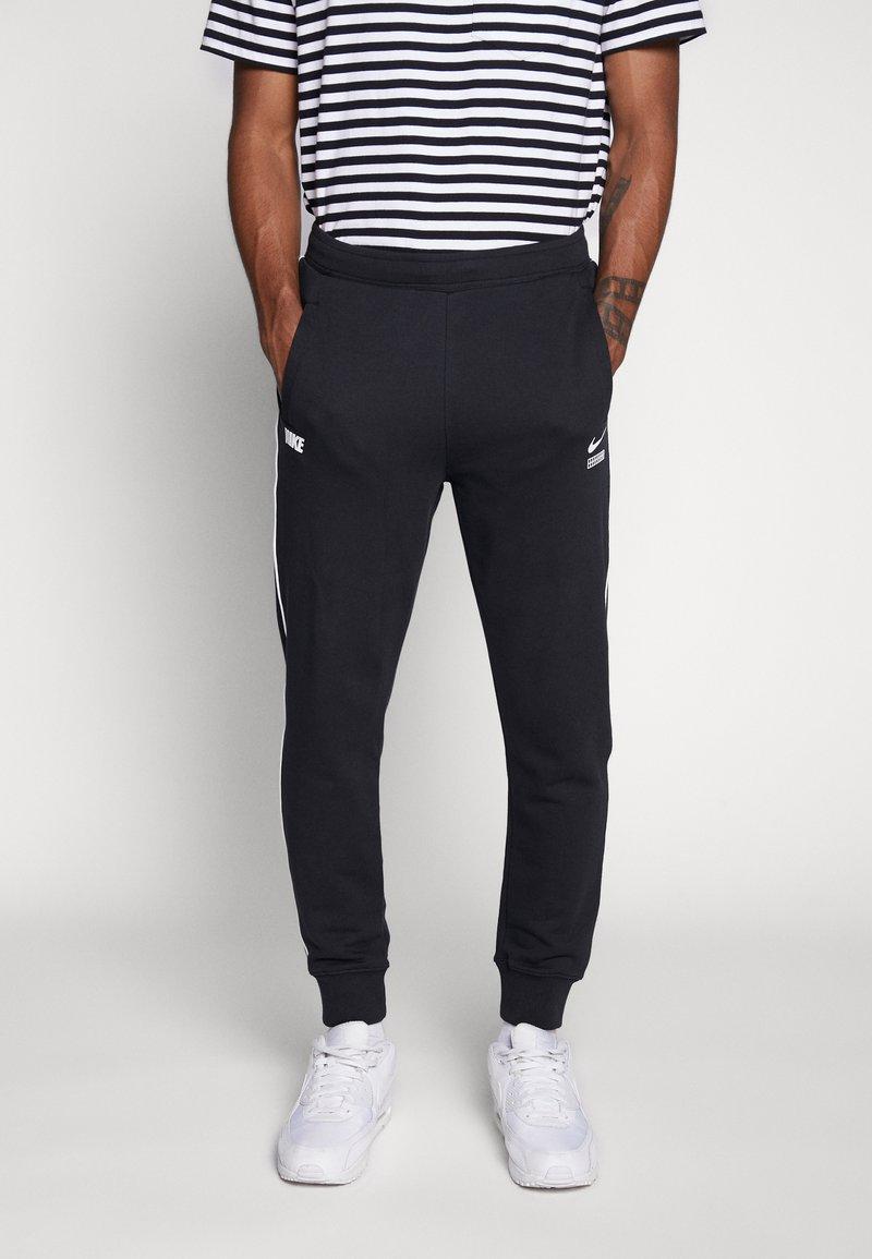 Nike Sportswear - Nike Sportswear DNA French-Terry-Jogger für Herren - Træningsbukser - black/white