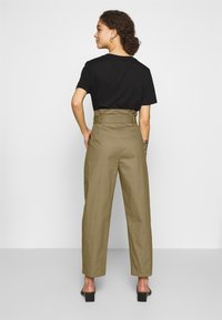 Lost Ink Petite - BELTED PLEAT WAIST PEG TROUSER - Trousers - khaki - 2