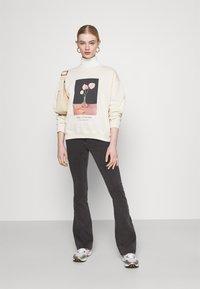 Noisy May - NMSALLIE  - Jeans a zampa - dark grey denim - 1