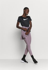 Nike Performance - RUN - T-shirts med print - black/reflective silver - 1