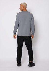 Calvin Klein Jeans - CUFFED BADGE TEE - Maglietta a manica lunga - shining armor - 2
