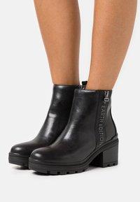 Marco Tozzi - BOOTS - Kotníkové boty na platformě - black - 0
