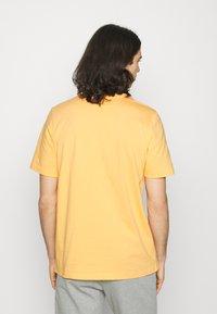 adidas Originals - TREF OMBRE UNISEX - Print T-shirt - hazy orange - 2