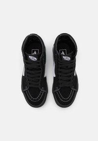 Vans - SK8-HI UNISEX - Höga sneakers - black/true white - 3