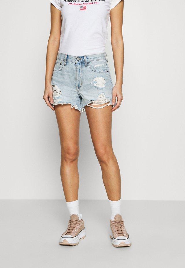 CURVE LOVE MID RISE BOYFRIEND - Shorts di jeans - light destroy