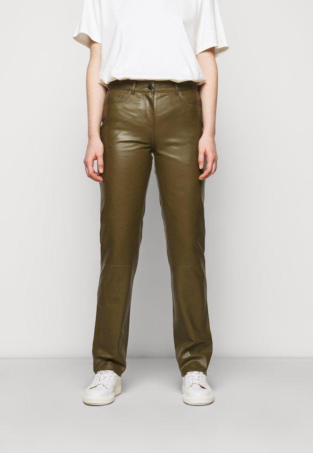 GRETA TROUSERS - Pantaloni di pelle - olive
