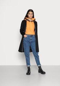 Calvin Klein Jeans - TAPING HOODIE - Sweat à capuche - island orange - 1