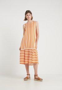 Bruuns Bazaar - VENESSA ZEENA DRESS - Freizeitkleid - burnt copper/white - 0