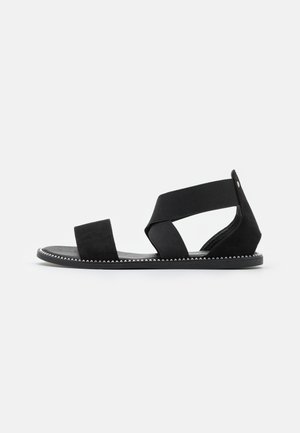 WIDE FIT JOANNE - Sandaalit nilkkaremmillä - black