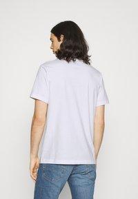 Nike Sportswear - M NSW BEACH FLAMINGO - Print T-shirt - white - 2