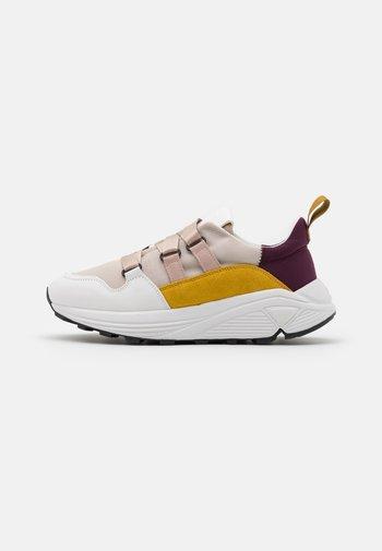 SPICY - Sneakersy niskie - lychee