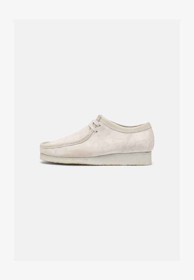 WALLABEE - Chaussures à lacets - white